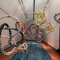 """Se inaugura la exposición """"Nudos Salvajes"""", Aubin Arroyo y Jean-Michel Othoniel juntos en el Centro Cultural Kirchner en Buenos Aires"""